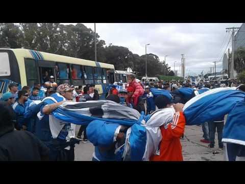 """""""Bajando el telon del micro - la brava"""" Barra: La Brava • Club: Alvarado"""