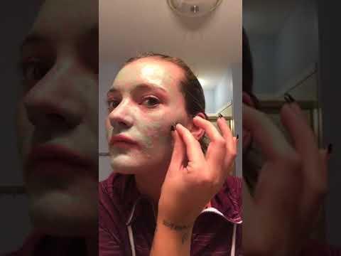 Die Maske für die Haut um die Augen von den Falten mit dem Honig