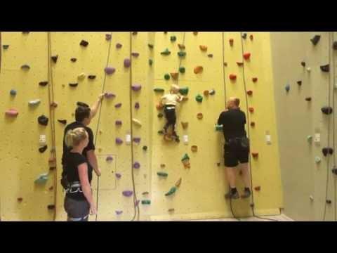 Klettern, drei Jahre altes Mädchen. Kletterhalle Neoliet Mülheim an der Ruhr