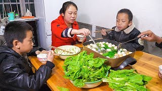 The day is cold, eat hot pot at home, see wife prepares what delicious