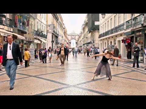 רקדנית בלט רוקדת ברחובות העיר ליסבון