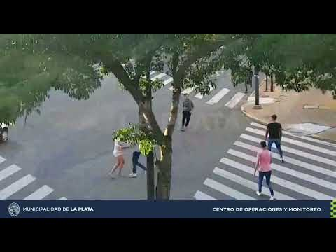 Video. Feroz ataque a una pareja de jóvenes para robarles el celular: la chica terminó en el Policlínico