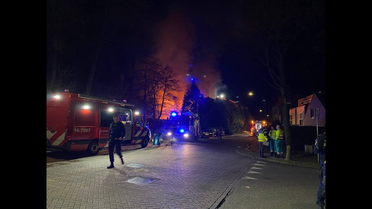 112persfotografie | 34 Bewoners ontruimd na grote brand in hangar Vliegveld Hilversum