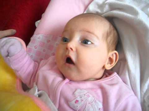 2 aylık bebek annesiyle şarkı söylüyor