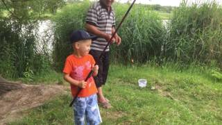 Дедушка с внуком на рыбалке