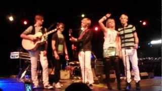 Riker & Rydel doing the Everybody Talks dance
