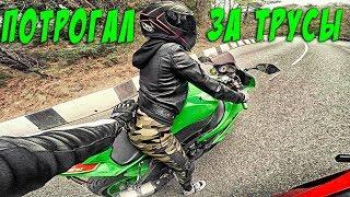 Взял мото девушку за трусы - Безбашенная мотоциклистка едет по опасному серпантину