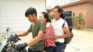 抠门小伙坐摩托车,没想怕司机占老婆便宜,结局太搞笑了【百花娱乐】