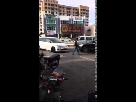 憤怒汽車, 不停地猛撞前方的車!