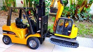중장비 지게차 자동차 장난감으로 아빠를 도와줘요 포크레인 모래놀이 구출놀이 Car Toy Video for Kids Forklift Excavator
