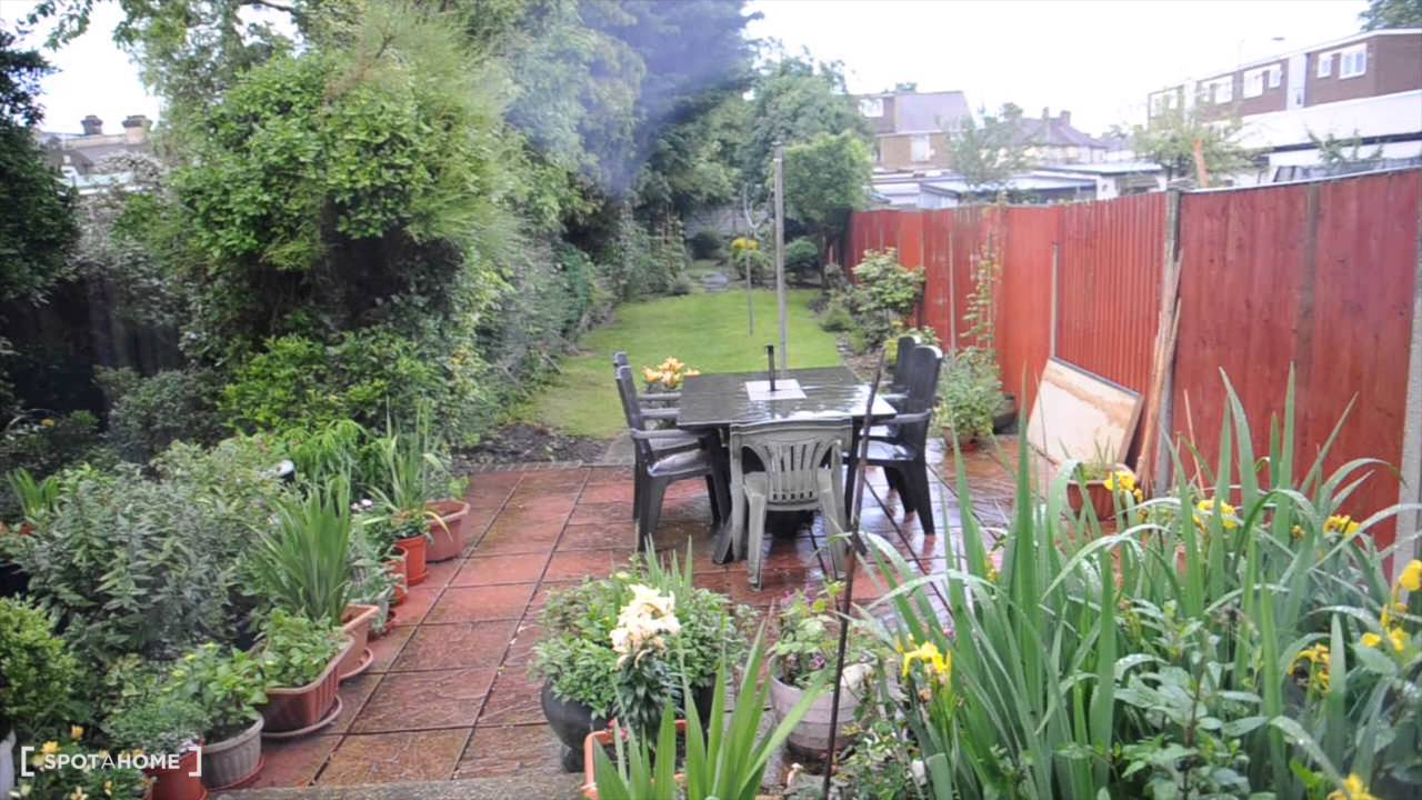Room to rent in 3-bedroom houseshare with lush garden - Barking