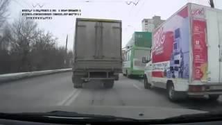 Подборка грузовиков на скользкой дороге 2013