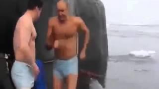 Моряки на подводной лодке на спор купаются в Северном Ледовитом океане