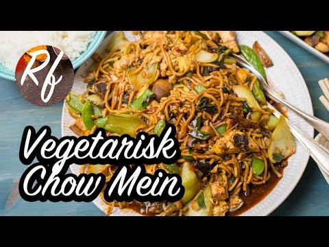 Vegetarisk Chow Mein med nudlar, tofu och ägg i sojasås med sesamolja, vitlök, ingefära och chili. Här har jag gjort en egen variant med mer grönsaker som bok choi, salladslök, torkad svamp, färska champinjoner och sockerärtor.>