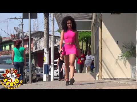 A mulher mais Bonita de Juquitiba andando pelas calçadas da Avenida Jk de Oliveira