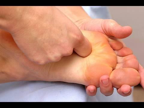Auf dem Bein ist der feste Zapfen unter der Haut auf dem Fuss erschienen