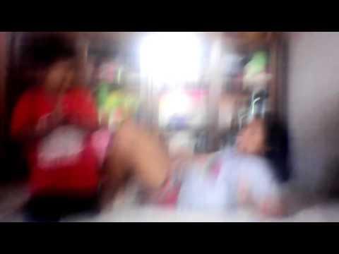 Video Perempuan mengangkat anak cowok menggunakan kaki