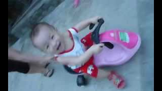 Trẻ em chơi xe lúc lắc, xe rùa ; Baby playing toys turtle car; 满意新车