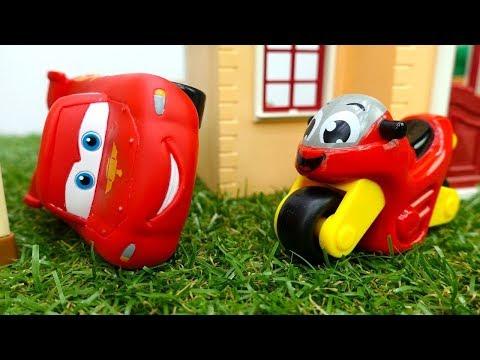 Şimşek McQueen ve motosiklet. Oyuncak araba yarışı.