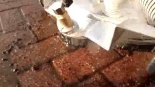 Klinkerinių trinkelių plovimas nuo samanų ir dažų demių