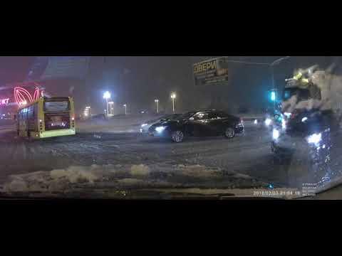Автобус поехал на красный свет через перекрёсток в Мытищах
