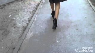 Не умеет ходить на каблуках!