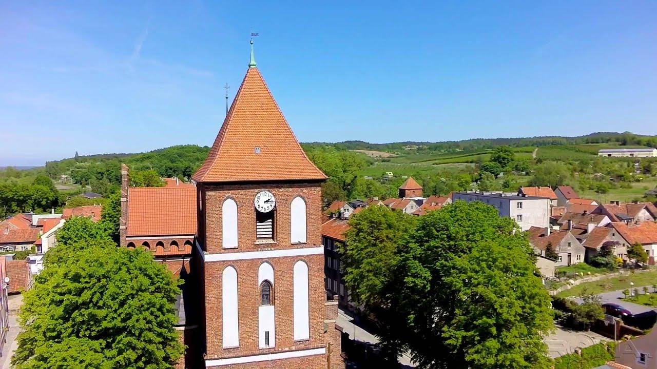 Kościół jest najciekawszą budowlą sakralną  w miasteczku. Został wzniesiony pod koniec  XIV w.  w  miejsce wcześniejszego kościoła drewnianego.