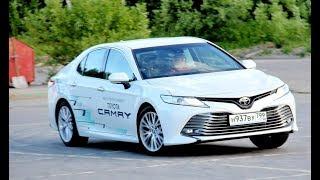Новая Тойота Камри 2018 развернулась к водителю