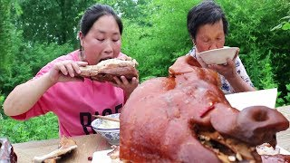 Fat girl mouth, buy a 4kg pig head, and eat with 76-year-old grandmother, too enjoyable