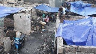 Korban Kebakaran di Kedoya Utara Tutupi Rumah Mereka dengan Terpal