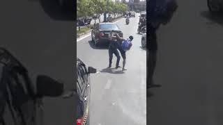 Va chạm trên đường, hùng hổ đánh nhau gặp đúng nhà vô địch Muay Thái