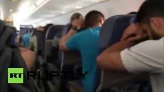 В США пассажиры засняли аварийную посадку своего самолета с неисправным шасси