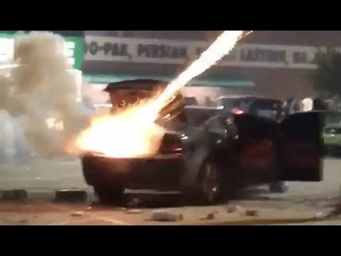 Сотни фейерверков взорвались в автомобиле
