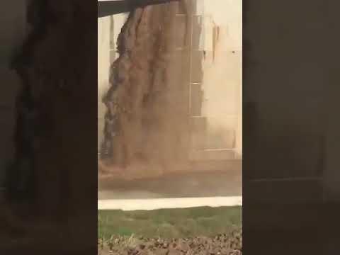 Viral: cascada cordobesa por la rotura de un caño en la Mujer Urbana