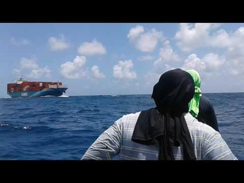 Navio por pouco não passa por cima de Pescadores em Alto mar.