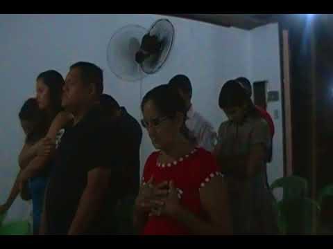 Missionário orando pelas pessoas em Ananindeua (MA)