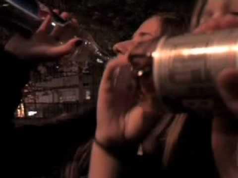 Mann für Liebe kann werfen, zu trinken
