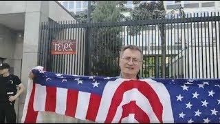 Поляк порвал американский флаг у посольства США в Варшаве