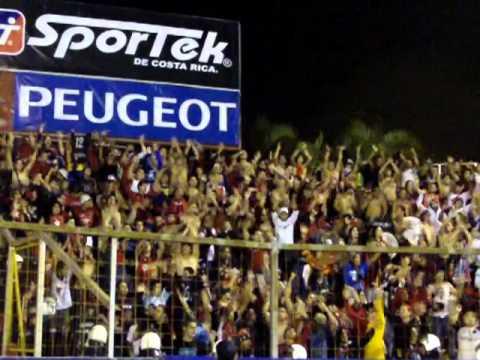 """La Doce barra alajuelense alentando ante Herediano"" Barra: La 12 • Club: Alajuelense"