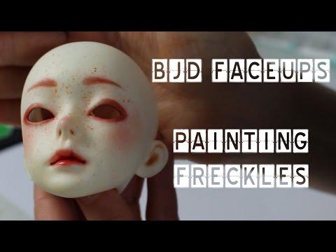 Freckles sa kanyang mukha at tan