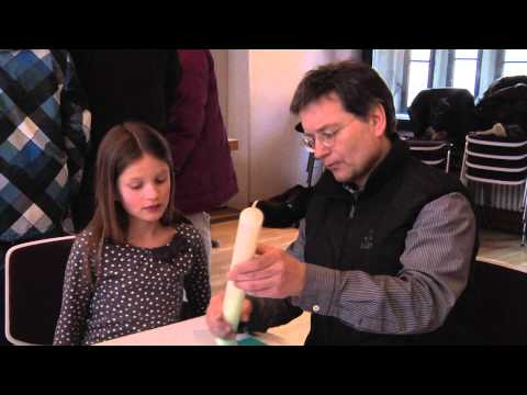 Vorbereitung für die Erstkommunion: Kerzen basteln