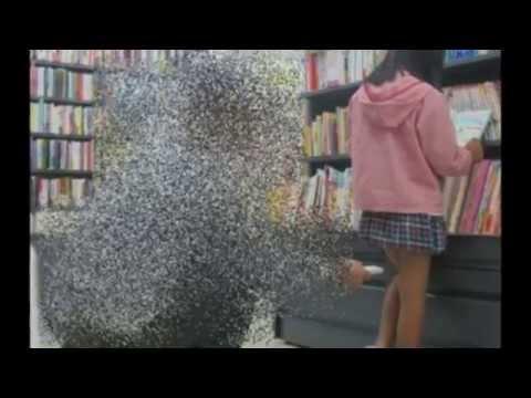 書店で女の子のスカートを盗撮している奴ww