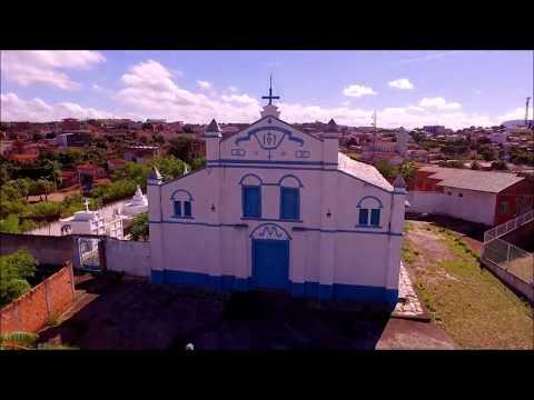 Drone filma igrejas em Araçuaí.