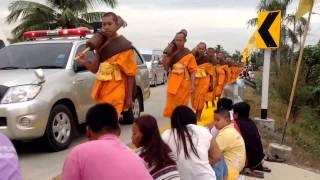 preview picture of video 'Buddhistisk ceremoni ved Sai Noi, Thailand d. 13. Januar 2015'