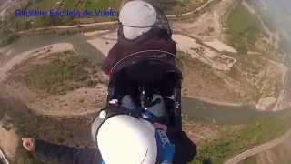 preview picture of video 'Vuelo de cumpleaños en autogiro girolibre sobrevolando Ainsa en los pirineos'