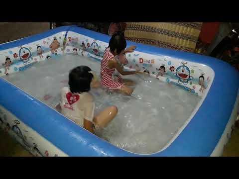 เด็กเล่นน้ำกัน