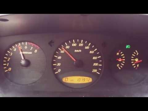 Der Zeiger des Brennstoffes führt den vollen Tank bei der kleinen Anzahl des Benzins vor
