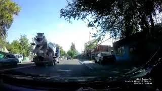 вылетевший с грузовика предмет пробил лобовое встречки