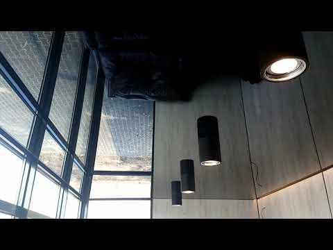 Czarny sufit napinany i światła sufitowe