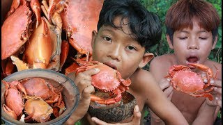 Primitive Technology - Catch crab in water and cooking - eating delicious